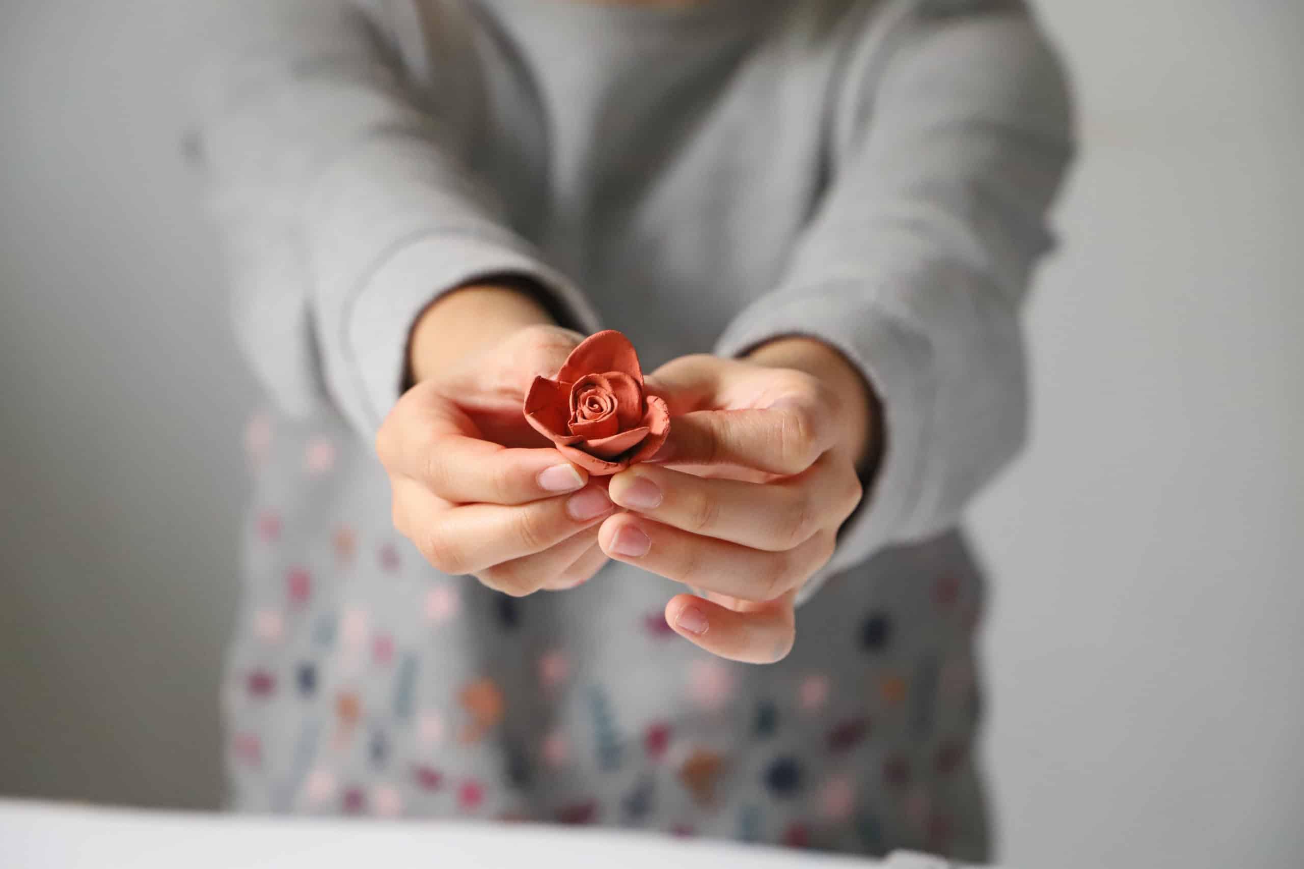 Růže ze samotvrdnoucí hmoty